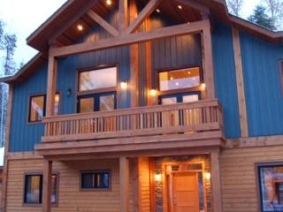GRAND CHALET GRIZZLI : The Grand Chalet Grizzli, an elegant and modern house which is filled with all the necessary amenities you might need during your vacation at Kicking Horse Mountain Resort.