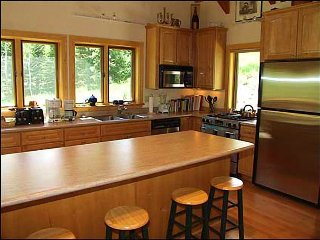 Large Gourmet kitchen with Jennaire and breakfast bar