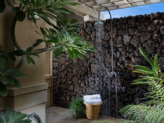Private outdoor shower!!
