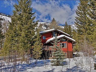 The Large Yard includes the Ski Access Trail, the Private Hot Tub, & space for kids to play!