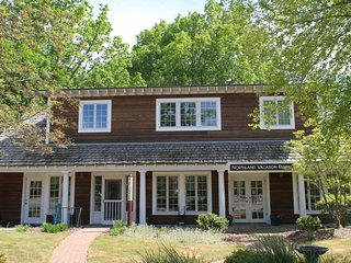 Cottage style in downtown Glen Arbor!