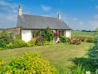 BARMOOR RIDGE, pet friendly, character holiday cottage, with a garden in Lowick