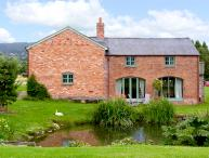 THE COACH HOUSE, pet friendly, luxury holiday cottage, with pool & WIFi in