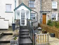 THE CHIMES, cosy cottage, with lovely views, decked area, romantic retreat, town location, in Kendal, Ref 13271