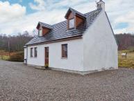 BALNABODACH, pet-friendly cottage with great views, garden, loch fishing, Strathnairn, Inverness Ref 906764