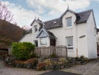 OAK COTTAGE, open fire, loch and mountain views, with parking in Fort William, Ref 18919
