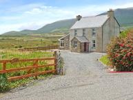 SUAN, detached cottage, woodburner, snooker table, enclosed gardens, near Ring of Kerry and Ballinskelligs, Ref 12747