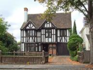 WROXTON HOUSE, unique detached 1930's cottage, character features, open fires, in Oxford, Ref 915875