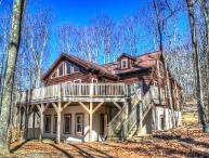 5BR Log Cabin on Beech Mountain, Wall of Windows, Large Deck, 3 miles to Ski Slopes, Ice Skating, Near Hiking, Mountain Biking, Sledding