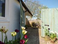 RECTORY COTTAGE, all ground floor, en-suite, parking, garden, in Abergavenny, Ref 923558