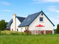 THE MEWS APT, open plan, WiFi, open views, private decking, near Inverness, Ref. 922130