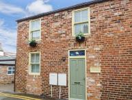 THE STORE ROOMS, semi-detached, romantic, pet-friendly, in Whitby, Ref 925668