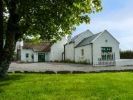 ANNIE'S COTTAGE, detached, character features, en-suites, open fire, near Castlebar, Ref 927842