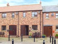 LITTLE VENICE, attractive waterside cottage with terrace, parking, close to amenities and beach, in Whitby, Ref 920035