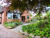 DRAGON'S DEN, first floor apartment with garden, parking, close amenities, river and walls of historic Chester Ref 911874