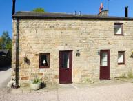 RAMBLER'S COTTAGE, stone-built, large lawned garden, pet-friendly, walks from door, in Matlock, Ref 929053
