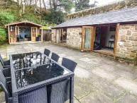 THE GRANNERY, semi-detached, all ground floor, patio, paddock, summer house, large gardens,pet-friendly, WiFi, Matlock, Ref 20791