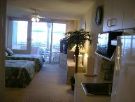 Ocean Front Studio, Pool Side Patio, Lg Pool, Jacuzzi, steps away from the Beach