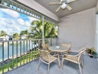 Second Floor Condo, Close to Beaches - *Lake View*