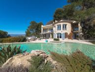 Beatiful 5 bedrooms, 5 bathroom villa located behind Cannes with the most