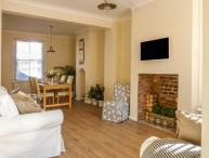 CESTRIAN COTTAGE, mid-terrace, city centre location, WiFi, in Chester, Ref 930457