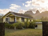 Hibiscus Hula Beach Cottage, Walk to Beach, Sunrise, Ocean & Mountain Views