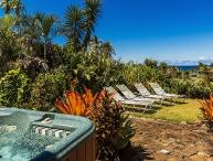 Kauai Gardens Estate, Ocean Views, Walk to Beach, Private Suites, 4 Hot Tubs!