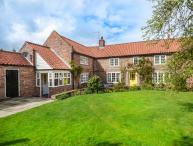 HUMPTY DUMPTY COTTAGE, detached, open fire, enclosed garden, in Cawood, York, Ref 934598