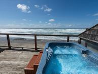 The Lookout - Stunning Studio - Amazing Views, Beach Access and Hot Tub!