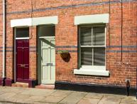 NO. 18, terraced cottage, modern accommodation, enclosed courtyard, within walking distance of city centre, in Chester, Ref 913534