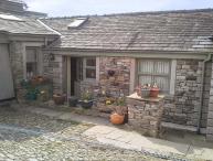 COURTYARD COTTAGE, WiFi, lawned garden, fantastic walking base, Kendal, Ref 26835