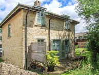 BADGER'S LODGE, pet-friendly, country holiday cottage, with pool in Cotswold Water Park, Ref 937915