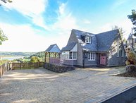 BRONWEN COTTAGE stylish semi-detached, woodburner, close to town amenities, WiFi, Conwy, Ref 937200