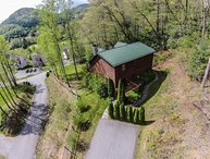 3BR Log Cabin in Boone, NC, Great Location, Hot Tub, Leather Furniture, King Bed, Foosball, Beds for 10 people, Central Location in Boone