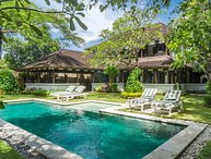 The Colonial White House Villa, 2 bed, feature gardens, close to beach, Seminyak
