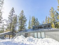 Cozy Sunriver Cabin w/wood burning fireplace, wifi, and 2 king beds. sleeps 4