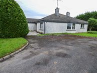 ARDVARNA, all ground floor, pet-friendly, lawned garden, Ballaghaderreen, Ref