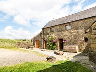 HERDWICK BARN, woodburner, countryside views, near Leek, Ref. 950866