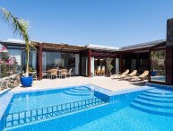 4 bedroom Villa with Pool, Air Con, WiFi and Walk to Shops - 5697844