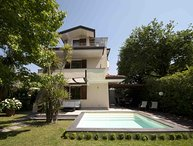 VILLA BIANCA 7 PAX with pool close to sea, located in Forte Dei Marmi