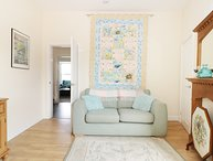 THE SEA GLASS LOFT, beach nearby, pet-friendly, centre of Hornsea, Ref 969628