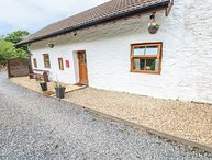 BRYNDIAS, open-plan, woodburner, enclosed garden, near Pembrey