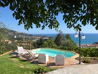 VILLA IL GOLFO RETREATS  6P with pool, Waterfront, Free WiFi, BBQ, near 5 Terre