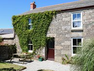 THE OLD FARMHOUSE, farmhouse with spectacular sea views, Pendeen