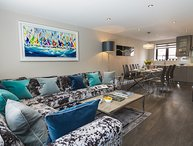 HARBOUR COTTAGE, stylish interior, central Dartmouth, en suite bedrooms, open