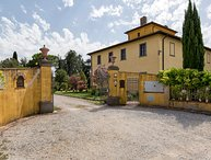 Villa Fratta sleeps 10 with private pool, Wi-Fi and A/C. Only 10 km to Cortona!