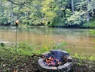 New River Haven-Riverfront, Dog Friendly, Fire Pit, WiFi, River Tubes, Smart TV'