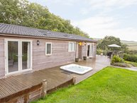 5 TREE TOPS, large terrace, hot tub, Lanreath