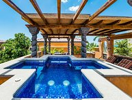 Jacuzzi, private pool, Beautiful 3BR, BBQ, sleeps 8