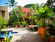 Casa Sarah - Shared pool, 8 min walk through town to the beach! - San Panco